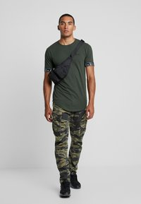 Kiez - CUFFED TEE - T-shirt imprimé - dark khaki - 1