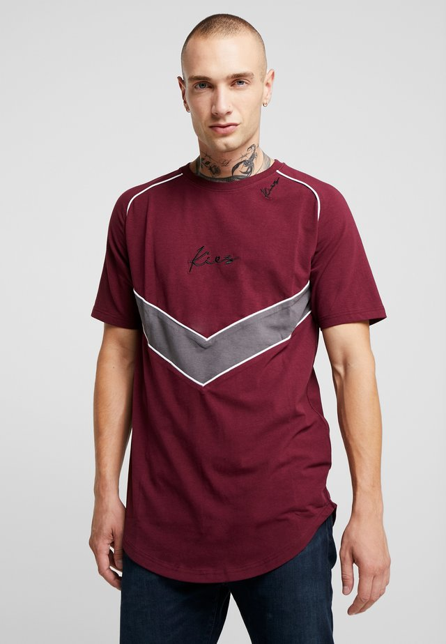 CHEVRON RAGLAN TEE - Print T-shirt - burgundy/dark grey