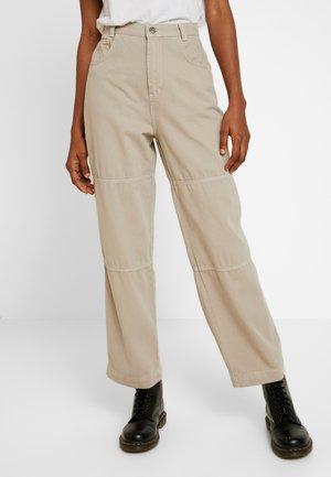 TOPSTITCH COMBAT PANT - Pantalones - stone