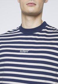 Kickers Classics - 2 STRIPE TEE - T-shirt imprimé - navy - 4
