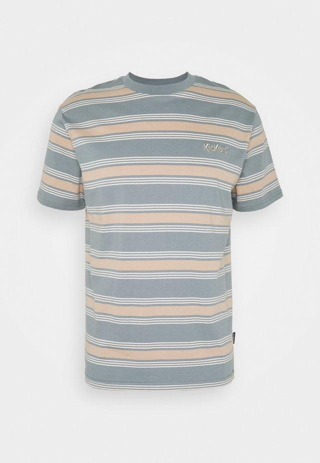 STRIPE TEE - T-shirt z nadrukiem - tan/monument
