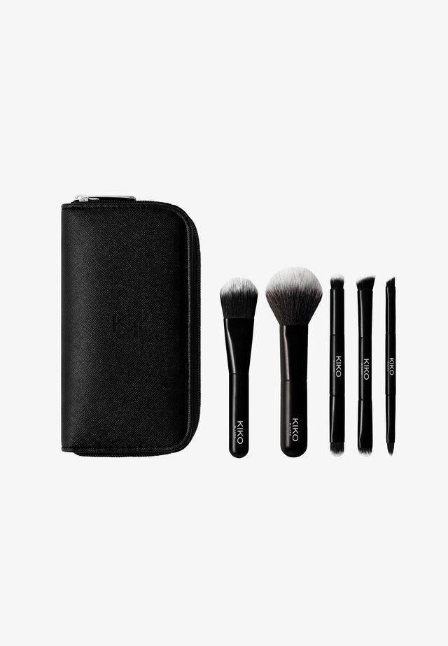 TRAVEL BRUSH SET - Set de brosses à maquillage - -