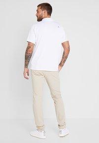 Kjus - MEN IKE PANTS  - Pantalon classique - oxford tan - 2