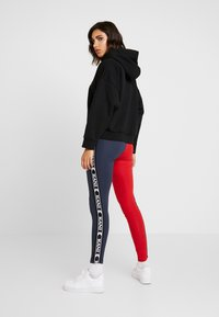 Karl Kani - KK TAPE - Legging - red/navy - 2
