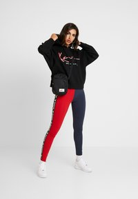 Karl Kani - KK TAPE - Legging - red/navy - 1