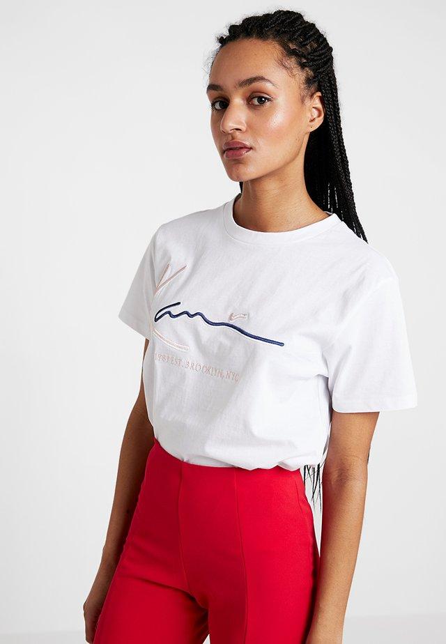 SIGNATURE BASIC TEE - Print T-shirt - white
