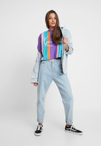 Karl Kani - SIGNATURE STRIPE TEE - T-shirt imprimé - purple/pink/blue/orange - 1
