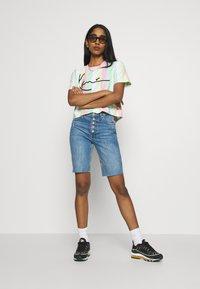 Karl Kani - SIGNATURE STRIPE TEE - T-shirt print - green/white/pink/yellow - 1