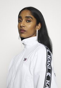 Karl Kani - TAPE JACKET - Bomberjacks - white/black - 3