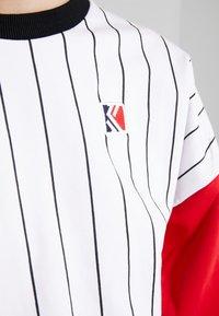Karl Kani - RETRO BLOCK CREW - Sweatshirt - white/red/black - 6