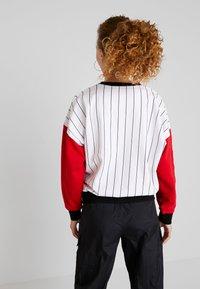 Karl Kani - RETRO BLOCK CREW - Sweatshirt - white/red/black - 2