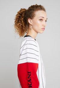 Karl Kani - RETRO BLOCK CREW - Sweatshirt - white/red/black - 3