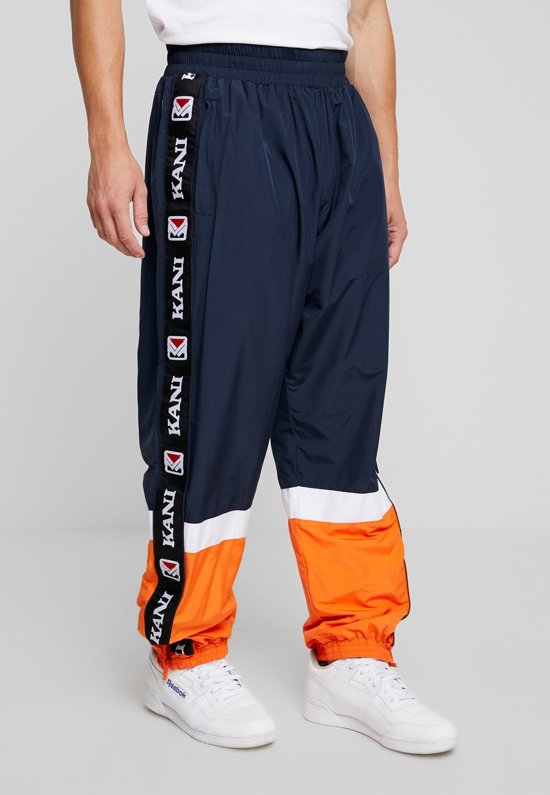 Karl Kani - RETRO TAPE - Jogginghose - navy/orange/white