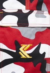 Karl Kani - RETRO CAMO BAGGY - Cargobroek - burgundy/white/black/yellow/brown - 6