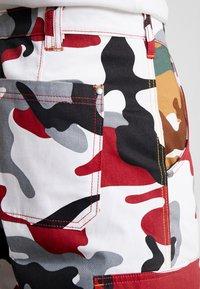 Karl Kani - RETRO CAMO BAGGY - Cargobroek - burgundy/white/black/yellow/brown - 4