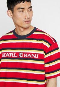 Karl Kani - RETRO STRIPE TEE - T-shirt med print - red/navy/yellow/white - 3
