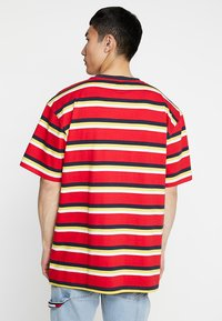 Karl Kani - RETRO STRIPE TEE - T-shirt med print - red/navy/yellow/white - 2