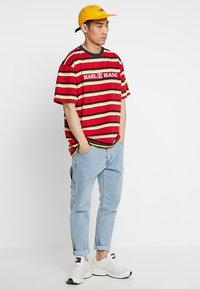 Karl Kani - RETRO STRIPE TEE - T-shirt med print - red/navy/yellow/white - 1