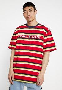 Karl Kani - RETRO STRIPE TEE - T-shirt med print - red/navy/yellow/white - 0