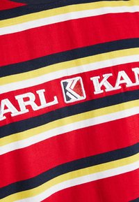 Karl Kani - RETRO STRIPE TEE - T-shirt med print - red/navy/yellow/white - 5