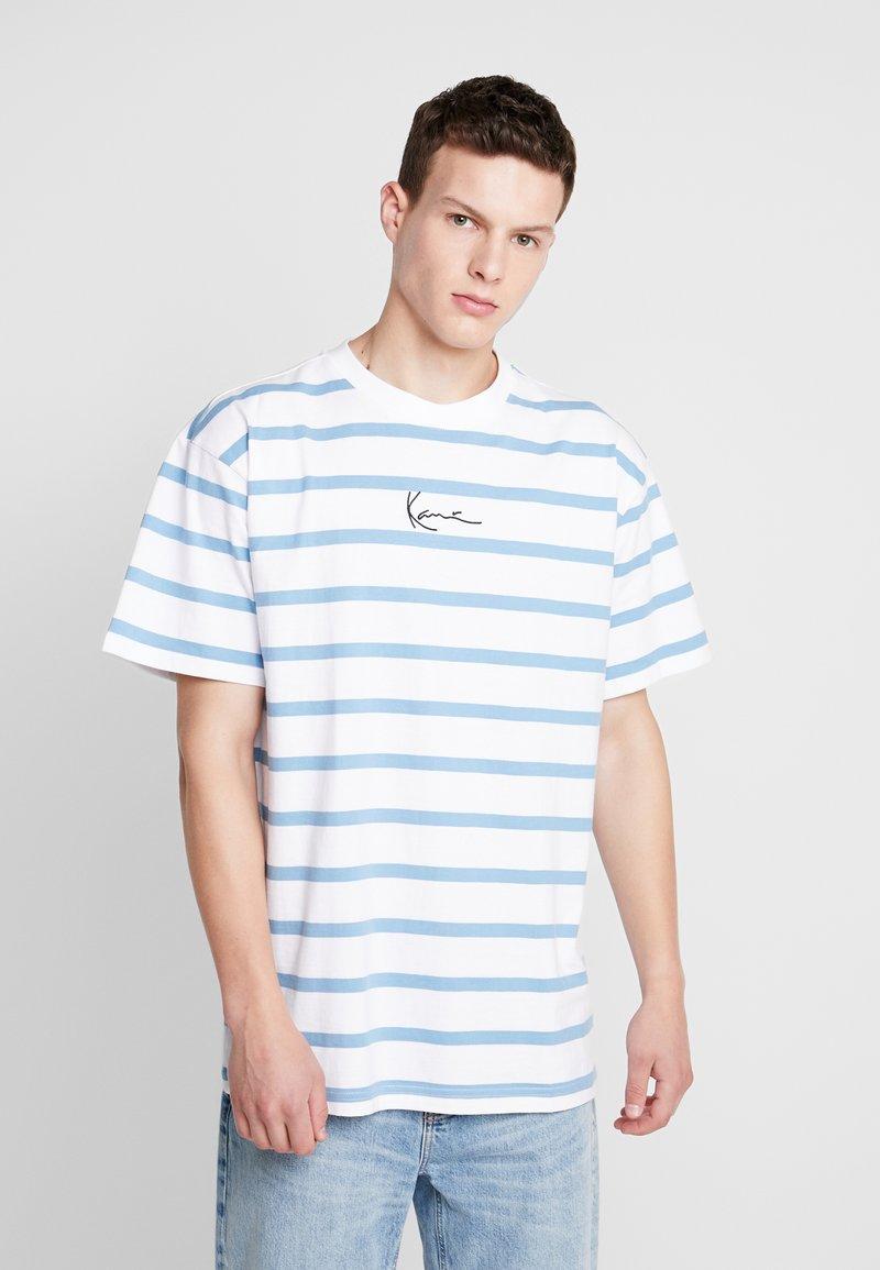 Karl Kani - SIGNATURE STRIPE TEE - Camiseta estampada - white/blue