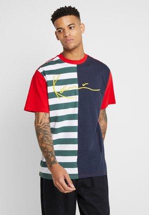 SIGNATURE STRIPE TEE - Camiseta estampada - navy/white/red/green