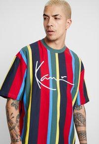 Karl Kani - SIGNATURE STRIPE TEE - T-Shirt print - green/yellow/black/blue - 3