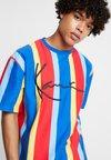 Karl Kani - SIGNATURE PINSTRIPE TEE - Camiseta estampada - blue/red/yellow/light blue
