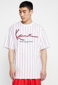 Karl Kani - SIGNATURE PINSTRIPE TEE - T-shirt imprimé - white/red - 0