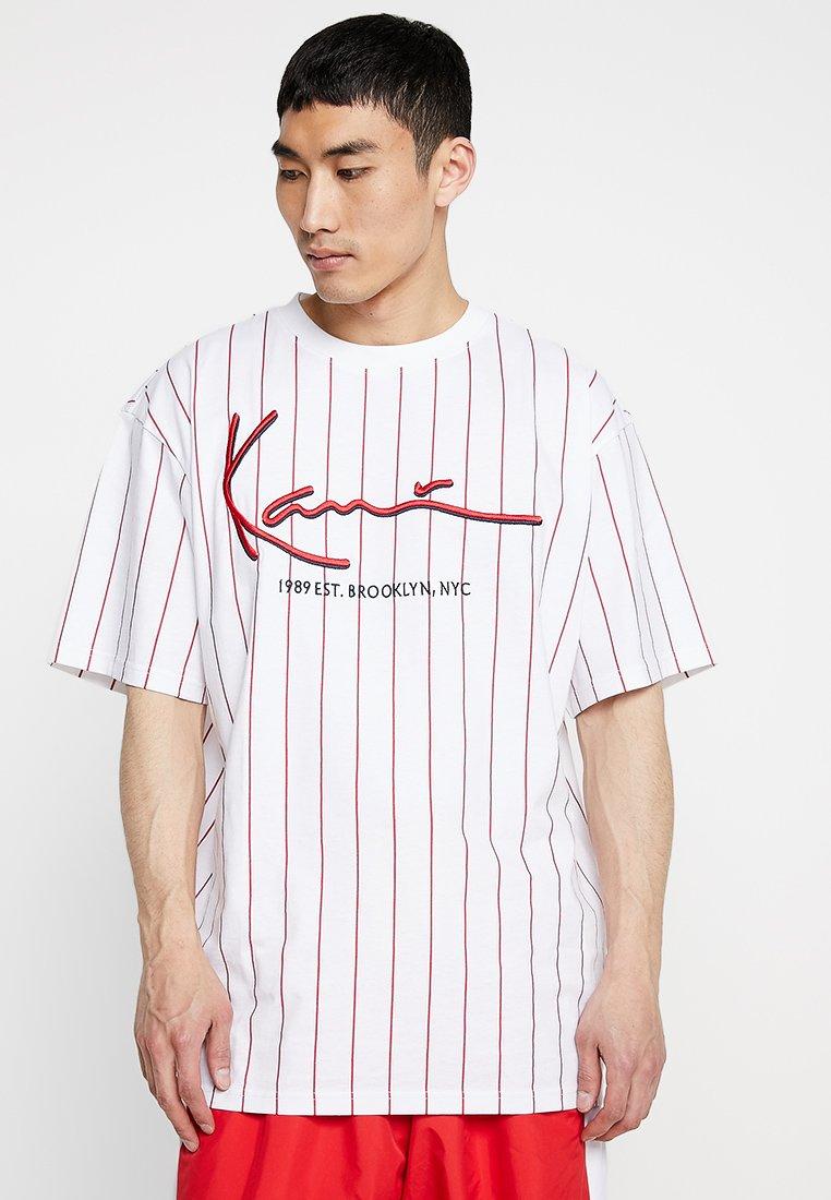 Karl Kani - SIGNATURE PINSTRIPE TEE - T-shirt imprimé - white/red