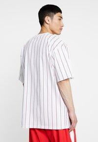 Karl Kani - SIGNATURE PINSTRIPE TEE - T-shirt imprimé - white/red - 2