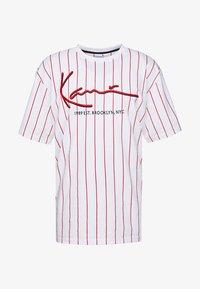Karl Kani - SIGNATURE PINSTRIPE TEE - T-shirt imprimé - white/red - 4