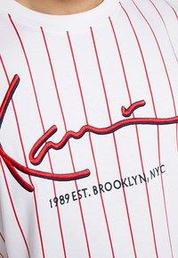 Karl Kani - SIGNATURE PINSTRIPE TEE - T-shirt imprimé - white/red - 5