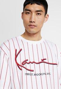 Karl Kani - SIGNATURE PINSTRIPE TEE - T-shirt imprimé - white/red - 3