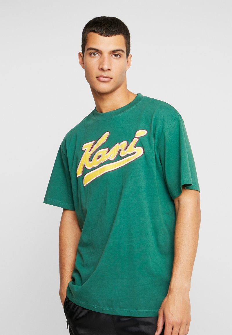 Karl Kani - COLLEGE TEE - Camiseta estampada - green/yellow