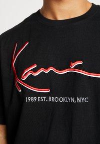 Karl Kani - SIGNATURE TEE - T-shirt con stampa - black/red - 4