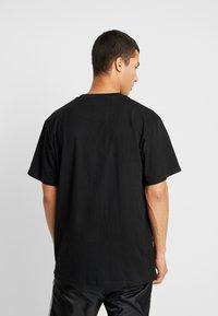 Karl Kani - SIGNATURE TEE - T-shirt con stampa - black/red - 2