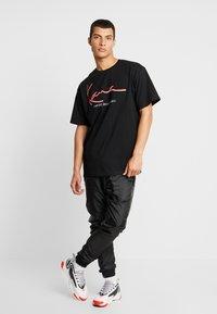 Karl Kani - SIGNATURE TEE - T-shirt con stampa - black/red - 1