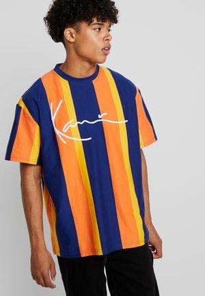 SIGNATURE STRIPE TEE - T-Shirt print - navy/orange/yellow
