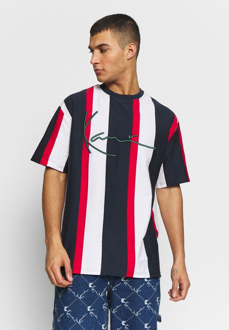 Karl Kani - UNISEX SIGNATURE STRIPE TEE - Print T-shirt - navy/red/white