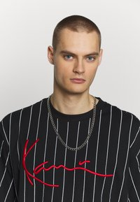 Karl Kani - SIGNATURE PINSTRIPE TEE - Print T-shirt - black/white/red - 3