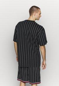 Karl Kani - SIGNATURE PINSTRIPE TEE - Print T-shirt - black/white/red - 2