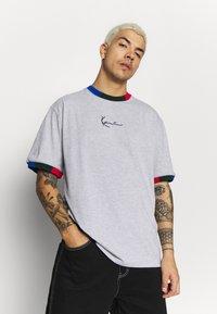 Karl Kani - SIGNATURE RINGER TEE - Print T-shirt - grey/navy/green/red - 0