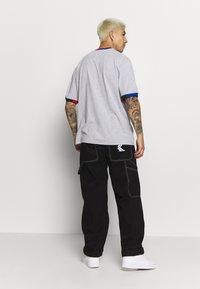 Karl Kani - SIGNATURE RINGER TEE - Print T-shirt - grey/navy/green/red - 2