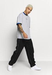 Karl Kani - SIGNATURE RINGER TEE - Print T-shirt - grey/navy/green/red - 1