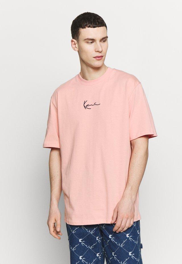 UNISEX SIGNATURE TEE - Triko spotiskem - pink