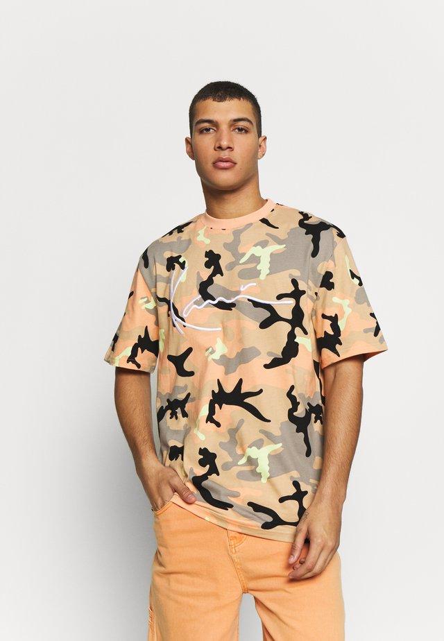 UNISEX SIGNATURE CAMO TEE - Print T-shirt - camel/black/coral/yellow