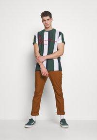 Karl Kani - UNISEX SIGNATURE STRIPE TEE - T-Shirt print - green - 1
