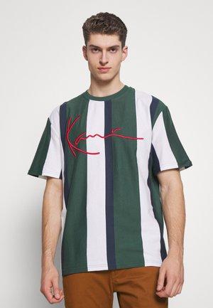UNISEX SIGNATURE STRIPE TEE - T-Shirt print - green