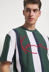 Karl Kani - UNISEX SIGNATURE STRIPE TEE - T-Shirt print - green - 3